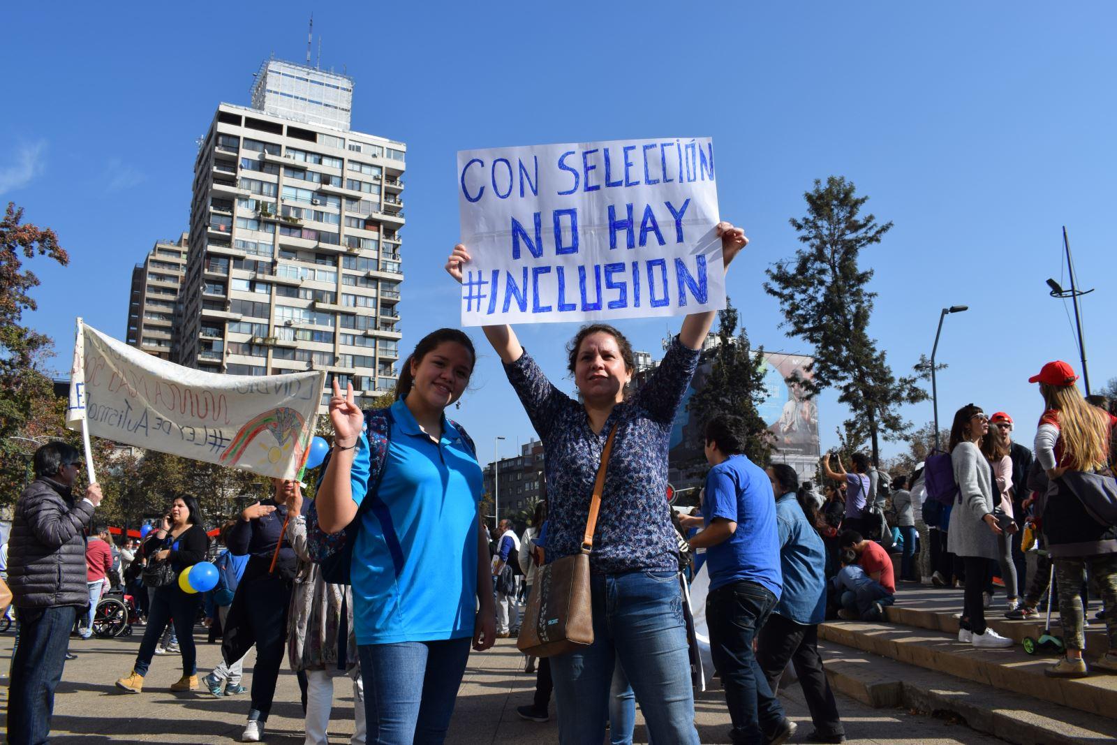 """Mujeres Sosteniendo Cartel: """"Con Selección no hay Inclusión"""""""