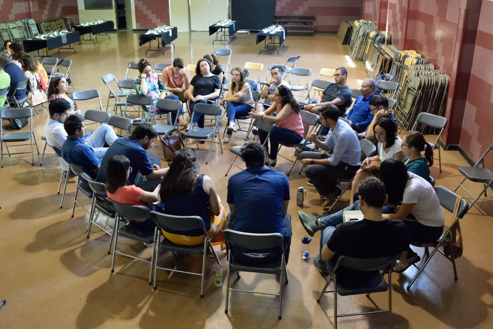 Docentes y Asistentes de la Educación conversando sobre inclusión en su comunidad educativa