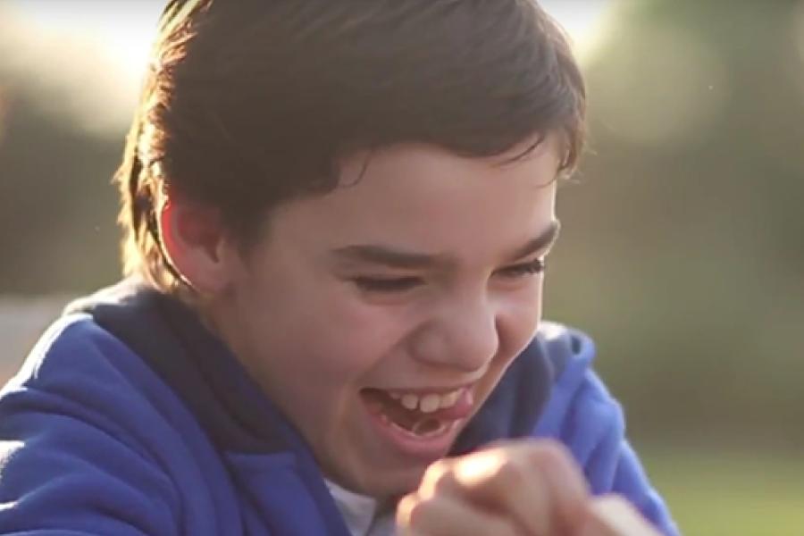 Niño en etapa escolar con rostro de felicidad