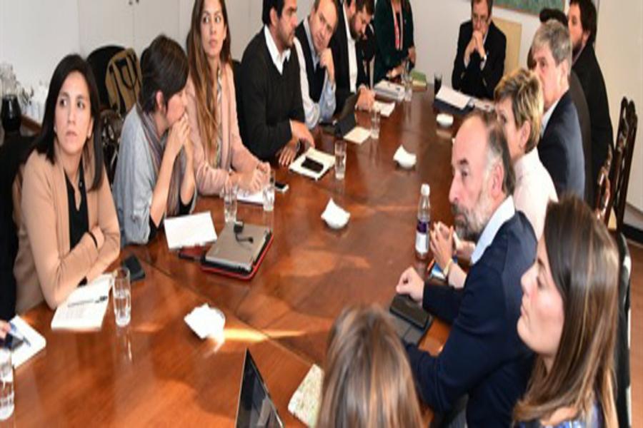 Miembros de Acción Colectiva por la Educación en diálogo con el ex ministro Varela