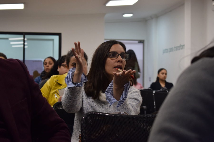 Asistentes al primer ciclo de charlas de Mis Talentos exponiendo una opinión y reforzando con movimiento de manos